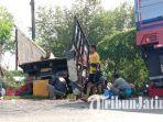 warga-berebut-udang-di-dua-truk-kecelakaan-di-jalan-raya-mandepo-desa-setrohadi.jpg