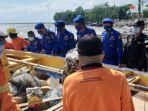 warga-dan-personel-polairud-saat-mengevakuasi-salah-satu-perahu-di-pantai-kenjeran.jpg