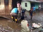 warga-dan-petugas-gabungan-kerja-bakti-banjir-bandang-di-bondowoso.jpg
