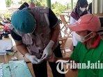 warga-desa-banyuurip-kalidawir-tulungagung-menjalani-rapid-test-antibodi-covid-19.jpg