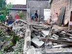 warga-desa-jabon-kecamatan-kalidawir-gotong-royong-menyingkirkan-puing-rumah-kadelan.jpg