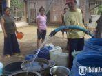 warga-desa-kalibatur-kecamatan-kalidawir-menampung-air-bersih-bantuan-bpbd.jpg