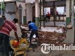 warga-desa-majang-tengah-dampit-malang-membangun-musala-yang-rusak-akibat-gempa-bumi-di-malang.jpg