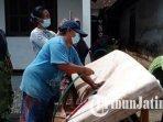 warga-desa-sumberagung-rejotangan-tulungagung-mencuci-kasur-yang-terendam-banjir.jpg