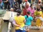 warga-dusun-bekucuk-mojokerto-terdampak-banjir-mendapat-bantuan-air-bersih.jpg