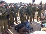 warga-gaza-salat-di-depan-penjagaan-ketat-tentara-yang-bersenjata-lengkap_20180524_153306.jpg