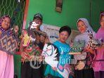 warga-kampung-surabayan-menunjukkan-karya-karya-daur-ulang.jpg