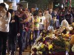 warga-kota-kazan-meletakkan-bunga-di-dekat-sekolah-tkp-penembakan.jpg