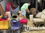 warga-lowokwaru-kota-malang-membersihkan-perabotan-rumah-seusai-terendam-banjir-banjir-lowokwaru.jpg