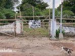 warga-memasang-pagar-untuk-memblokir-akses-menuju-situs-kumitir-dari-pemakaman-umum.jpg