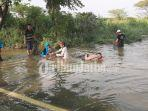warga-mencari-ikan-di-area-banjir-desa-tambak-beras-cerme-gresik.jpg