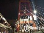 warga-mendatangi-jembatan-sawunggaling-surabaya-agar-bisa-mendapatkan-foto-gerhana-bulan-total.jpg