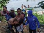 warga-mengevakuasi-pencari-ikan-yang-tenggelam-di-sungai-bengawan-solo-plumpang-tuban.jpg