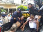 warga-menolong-usman-dan-suradi-untuk-dievakuasi-ke-rs-hasta-brata-kota-batu.jpg