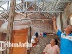 warga-menunjukkan-atap-rumah-seusai-mendapatkan-bantuan-dari-pemkot-malang.jpg