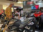 warga-saat-melihat-beragam-produk-motor-laki-honda-di-gelaran-even-honda-sport-motoshow.jpg