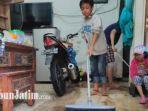 warga-saat-membersihkan-rumah-mereka-usai-banjir-melanda-kawasan-lowokwaru-kota-malang.jpg