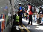 warga-saat-menaiki-ka-sri-tanjung-tujuan-banyuwangi-dari-stasiun-gubeng-rabu-5521.jpg