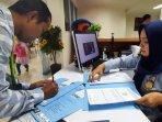 warga-saat-mengurus-paspor-di-kantor-imigrasi-kelas-i-tpi-tanjung-perak-surabaya.jpg