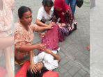 warga-sememi-jaya-menolong-ibu-yang-melahirkan_20180921_151732.jpg