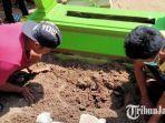 warga-setempat-bersama-pemdes-majungan-dan-polsek-pademawu-menggali-kuburan-bayi.jpg
