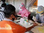 warga-surabaya-tampak-sedang-memanfaatkan-layanan-rapid-test-gratis.jpg