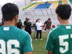 wawali-surabaya-armuji-saat-menemui-para-pemain-persebaya-latihan-di-stadion-gelora-10-november.jpg