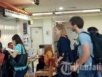 wisatawan-asing-saat-akan-naik-pesawat-di-bandara-internasional-juanda.jpg