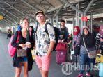 wisatawan-asing-saat-menunggu-kereta-api-di-stasiun-gubeng-surabaya.jpg