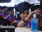 wisudawan-its-surabaya-saat-memakai-hand-sanitizer.jpg