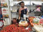yuris-40-pedagang-sayur-di-pasar-gresik-baru-menunjukkan-cabai-dagangannya.jpg