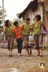 Lemari Lila Padukan Kain Batik dan Desain Kasual