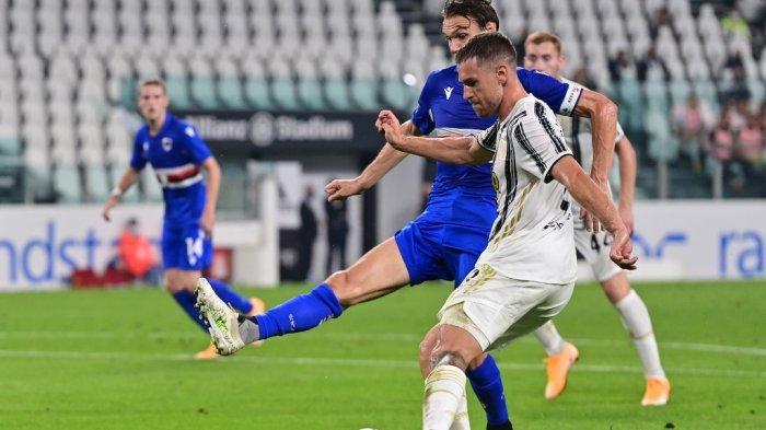 Gelandang Welsh Juventus Aaron Ramsey memusatkan bola selama pertandingan sepak bola Serie A Italia Juventus vs Sampdoria pada 20 September 2020 di stadion Juventus di Turin.