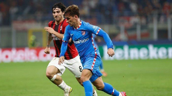 Pemain Atletico Madrid, Antoine Griezmann dibayangi gelandang AC Milan Sandro Tonali saat kedua tim bentrok pada laga kedua Grup B Liga Champions di San Siro, Rabu (29/9/2021) dini hari WIB.