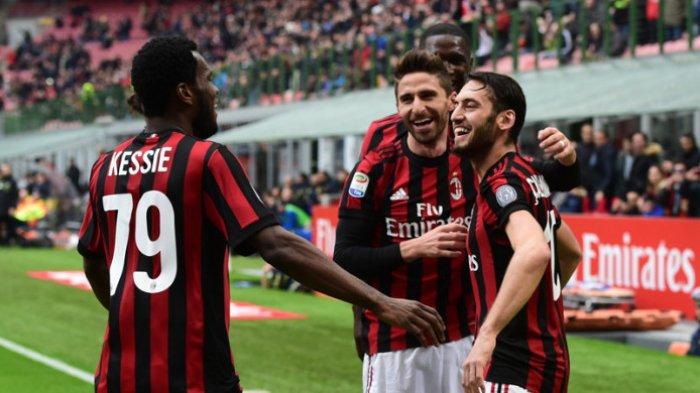 Gelandang AC Milan, Hakan Calhanoglu (kanan) merayakan gol yang dicetak ke gawang Chievo di San Siro, Milan, pada 18 Maret 2018.