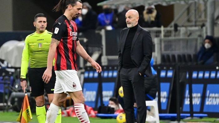 Zlatan Ibrahimovic meninggalkan lapangan setelah menerima kartu merah atas aksinya kepada bek Aleksandar Kolarov selama pertandingan sepak bola perempat final Piala Italia antara Inter Milan dan AC Milan pada 26 Januari 2021 di stadion Meazza di Milan.