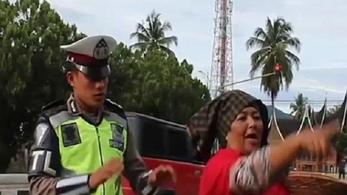 Polisi Lalu Lintas Dikutuk Gara-gara Tilang Ibunya, Ternyata Ini yang Terjadi