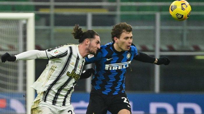 Adrien Rabiot dan Nicolo Barella di semifinal Piala Italia Inter Milan vs Juventus pada 2 Februari 2021 di stadion San Siro di Milan.