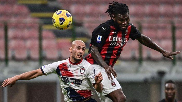 Ahmed Benali dan Franck Kessie di Liga Italia Serie A Italia AC Milan vs Crotone pada 7 Februari 2021 di stadion San Siro di Milan.