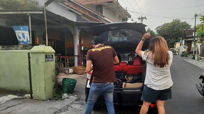Sejumlah Musisi di Yogyakarta Door to Door Bagikan Sembako untuk Warga Positif Covid-19 yang Isoman