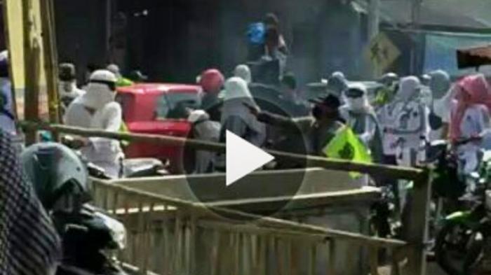 Beredar, Video Aksi Massa Merusak Mobil di Jalan Damai