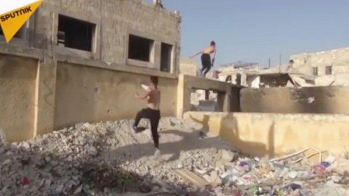 Remaja Suriah Berlatih Parkour Diantara Reruntuhan Puing Bangunan Akibat Perang