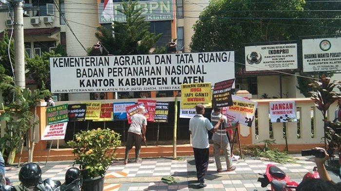 Sejumlah Warga Terdampak Tol Yogyakarta-Solo Boyong Pohon Pisang dan Pohon Sengon ke BPN Klaten