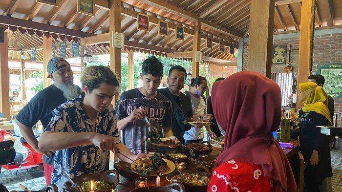 Makan Siang di Warung Demenake, 3 Pesohor Ini Terkesima dengan Konsep Jawa yang di Tawarkan