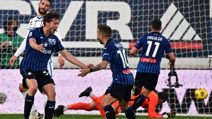 Gelandang Rusia Atalanta, Aleksey Miranchuk (kiri), merayakan bersama rekan setimnya setelah mencetak gol dalam pertandingan sepak bola Serie A Italia antara Atalanta dan Inter Milan di stadion Atleti Azzurri d'Italia di Bergamo, pada 8 November 2020.