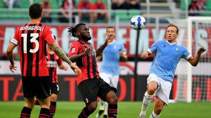 Alessio Romagnoli, Franck Kessie dan Lucas Leiva di Liga Italia bola Serie A antara AC Milan vs Lazio di Stadion San Siro di Milan, pada 12 September 2021.