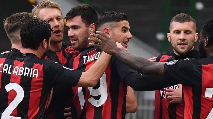Bek Italia AC Milan Alessio Romagnoli (4thL) melakukan selebrasi setelah membuka skor pada pertandingan sepak bola Serie A Italia AC Milan vs Fiorentina pada 29 November 2020 di stadion San Siro di Milan.