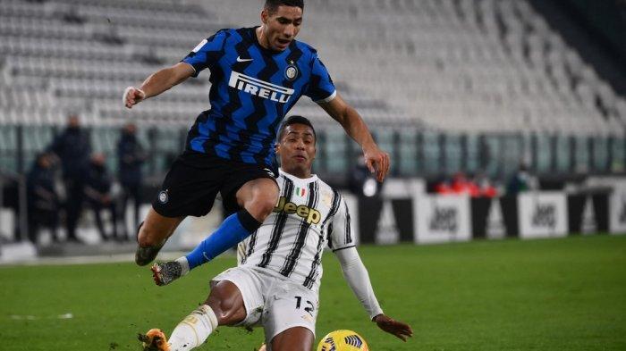 Alex Sandro dan Achraf Hakimi di leg kedua semifinal Piala Italia Juventus vs Inter Milan pada 9 Februari 2021 di stadion Juventus di Turin.