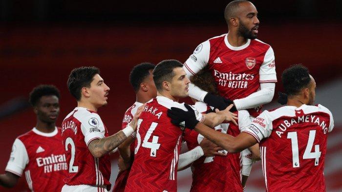 Striker Arsenal Prancis Alexandre Lacazette (2R) bereaksi setelah golnya dianulir saat pertandingan sepak bola Liga Premier Inggris antara Arsenal dan Leicester City di Emirates Stadium di London pada 25 Oktober 2020.
