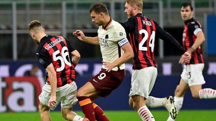 Penyerang Roma asal Bosnia Edin Dzeko (tengah) memperebutkan bola dengan gelandang AC Milan asal Belgia Alexis Saelemaekers dan bek Denmark AC Milan Simon Kjaer (kanan) selama pertandingan sepak bola Serie A Italia antara AC Milan dan AS Roma di Stadion Meazza di Milan pada bulan Oktober 26, 2020.